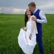 Фото жениха и невесты в поле у Иркутска