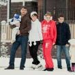 Фото всей семьи у загородного дома